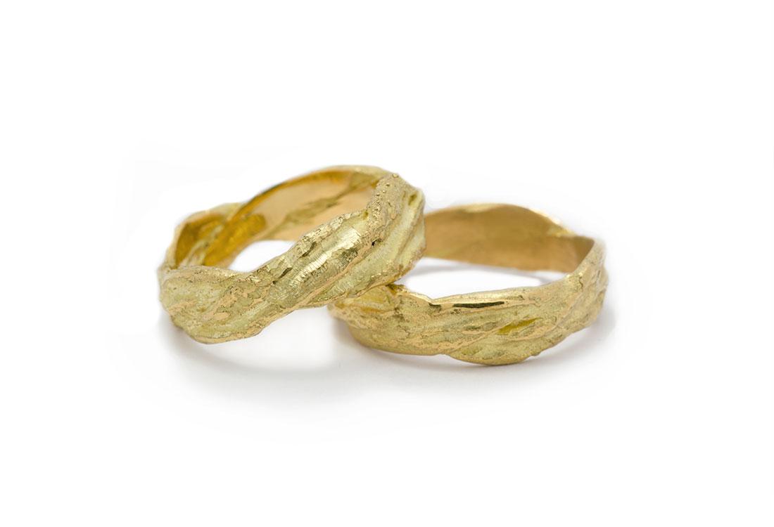 FEDI TRECCIA: realizzate a mano in oro 18Kt, lavorazione Sforza. Disponibili in oro verde e oro bianco.