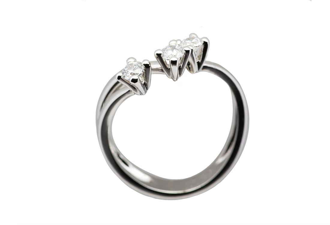 PASSATO PRESENTE FUTURO: trilogy, oro bianco 18kt diamanti ct 0,60 G color vvs, realizzato a mano,  finitura lucida.