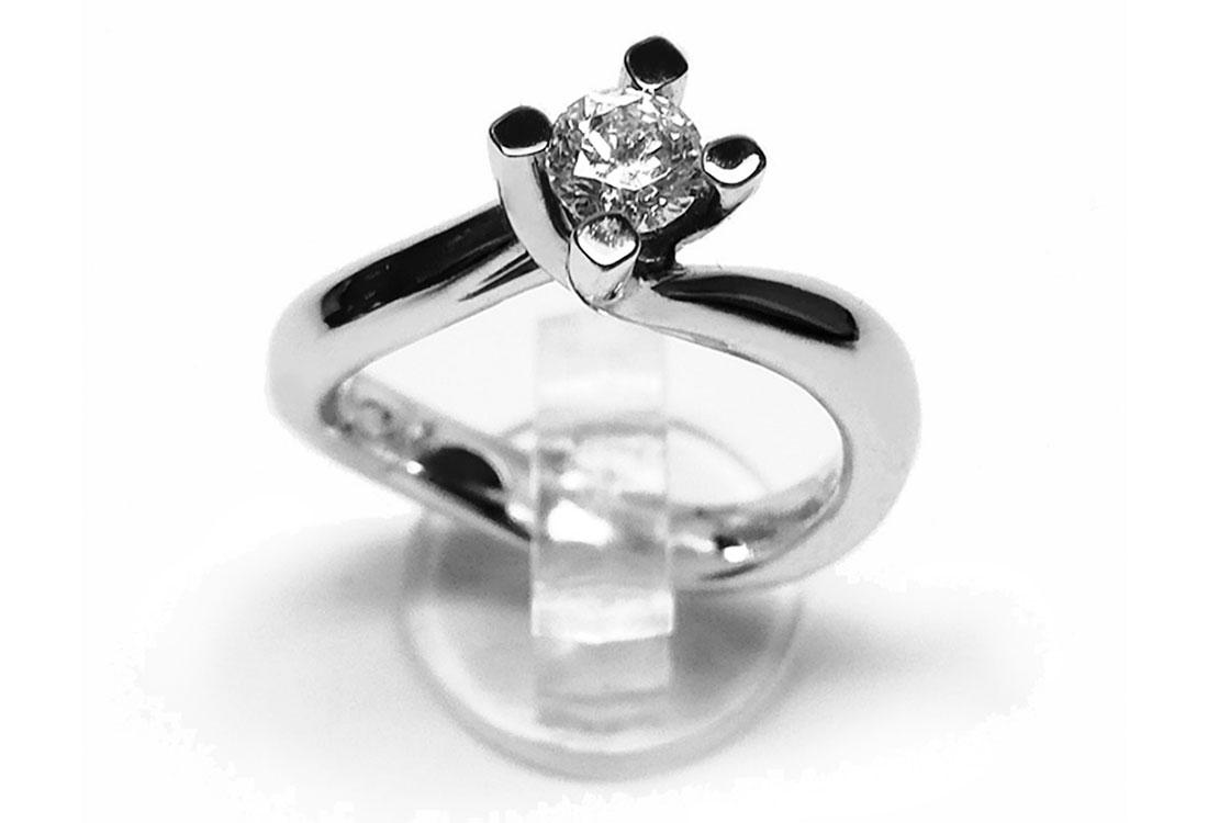 CLASSIQUE: solitario oro bianco 18kt , diamante ct 0,40 H color vvs,  realizzato  a mano, finitura lucida.