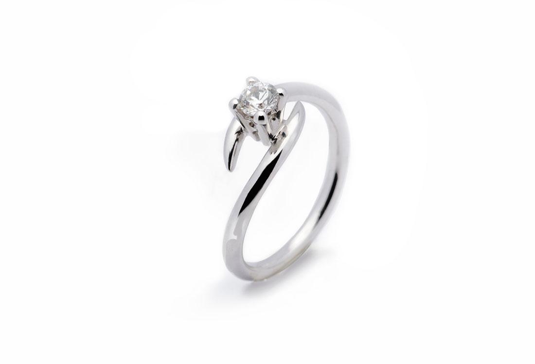 ABBRACCIO: oro bianco 18 kt, diamante ct 0,30, realizzato a mano, finitura lucida.